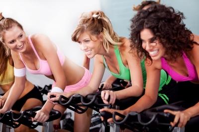 women-on-bike-in-gym-cphotostock_id-10035255